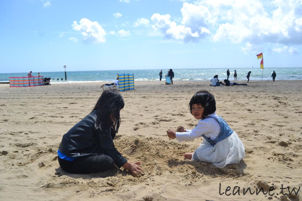 [英國南部親子旅遊]到英國南邊濱海市鎮Bournemouth訪友與放空 小孩玩沙 踏浪 超開心